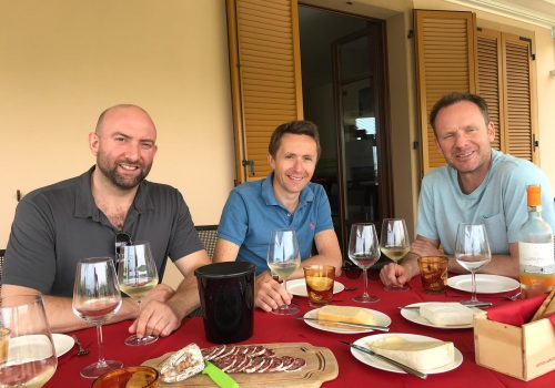 Un buon bicchiere di vino, formaggio e salame. Le amicizie nelle Langhe
