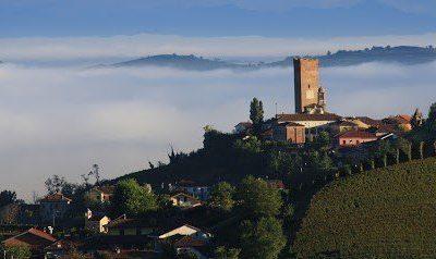 La torre di Barbaresco sulle nebbie autunnali