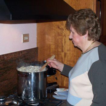 La nonna controlla la cottura
