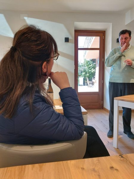 Claudia ascolta le descrizioni di Luigi Vico